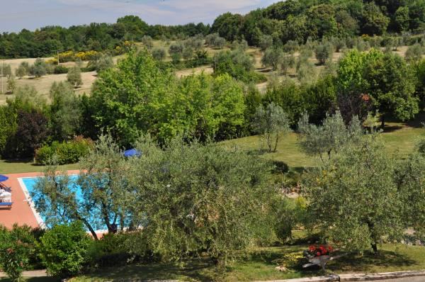vista dalla terrazza sulla piscina e sul parco