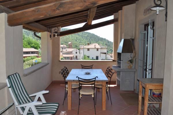 """terrazza con tavolo e barbecue """"Ginepro"""""""